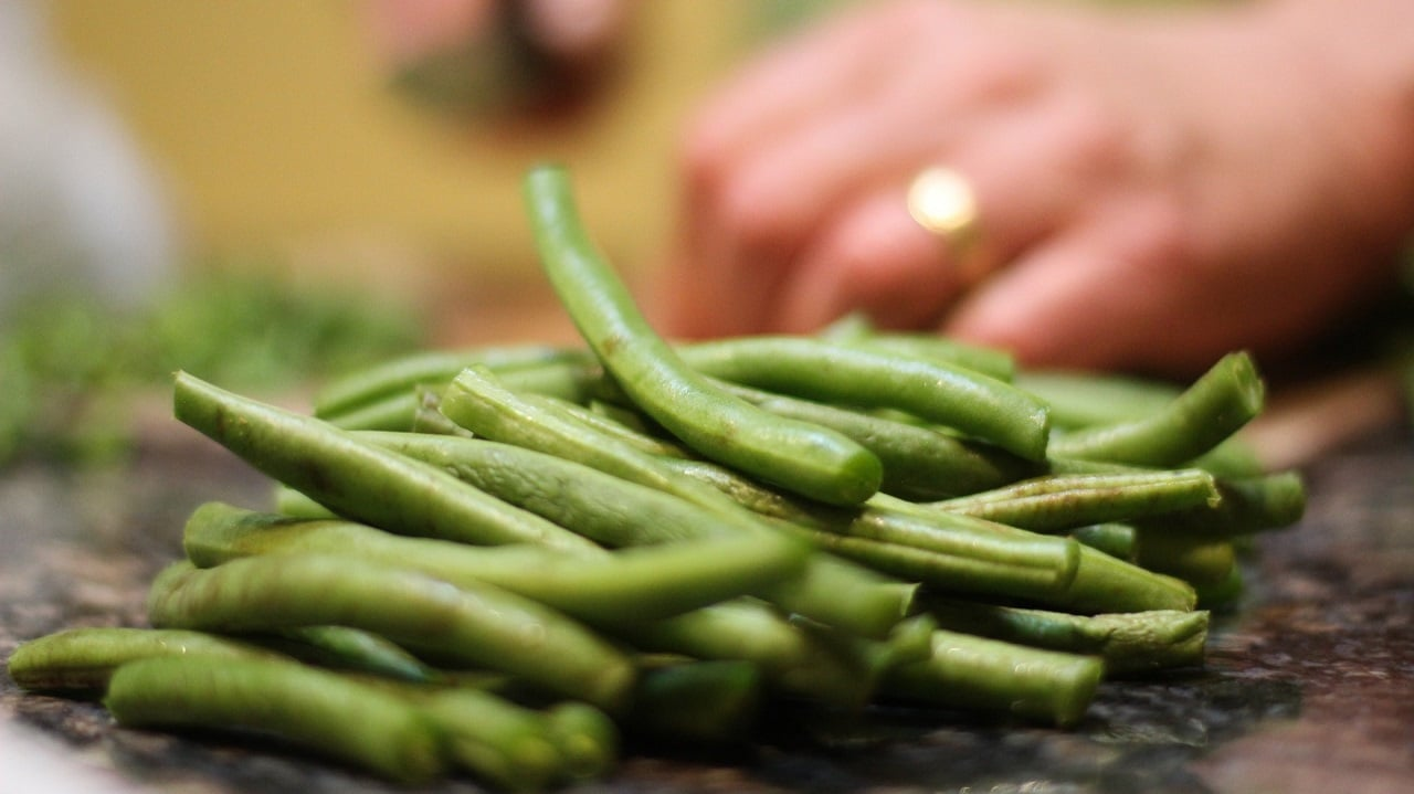 sliced green beans focus